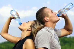 meminum air mineral untuk hidup sehat